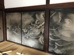 竜の絵の扉
